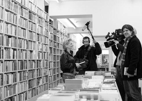 Milda Drüke mit dem Team vom ZDF in der Literaturhandlung Müller & Böhm
