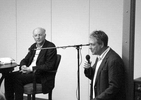 Rudolf Müller moderiert die Veranstaltung mit Maarten't Hart